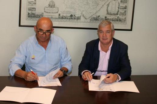 El presidente de la Cámara de Comercio de Mallorca, José Luis Roses, junto al presidente de la Fundació de Joves Navegants de Balears, Francisco Carlos Segura.
