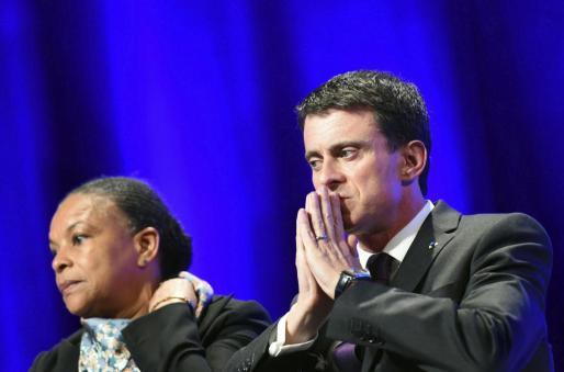 El primer ministro francés Manuel Valls (d) y la ministra de Justicia Christiane Taubira (i).