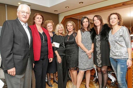 En la imagen superior, la organización con algunos de los asistentes a la cena solidaria organizada por UNICEF en el Hotel Royal de Vila. Foto: TONI ESCOBAR