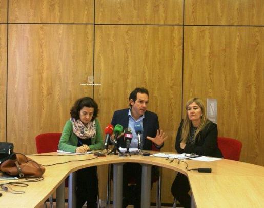 El conseller de Presidencia, Marc Pons; la consellera de Servicios Sociales y Cooperación, Fina Santiago, y la directora del Instituto Balear de la Dona, Rosa Cursach, durante la presentación.