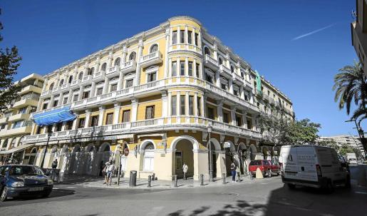 Imagen de la fachada del edificio del Montesol, que será rehabilitado antes de convertirse la próxima temporada en un hotel de 5 estrellas gran lujo. g Foto: ARGUIÑE ESCANDÓN