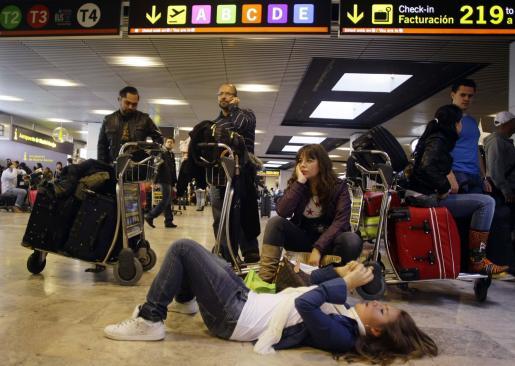 Los pasajeros de Air Comet en el aeropuerto de Barajas (Madrid) tras el anuncio de la empresa.