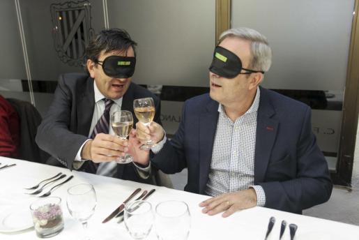 Los comensales, entre ellos el president del Consell, Vicent Torres, disfrutaron de una cena muy especial en la que nunca pudieron ver nada.