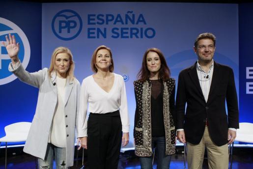 La presidenta de la Comunidad de Madrid, Cristina Cifuentes; la secretaria general del PP, María Dolores de Cospedal; la vicesecretaria de Estudios del partido, Andrea Levy, y el ministro de Justicia, Rafael Catalá (i-d).