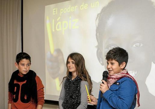 Tres niños del colegio S'Olivera presentaron la campaña El poder de un lápiz.