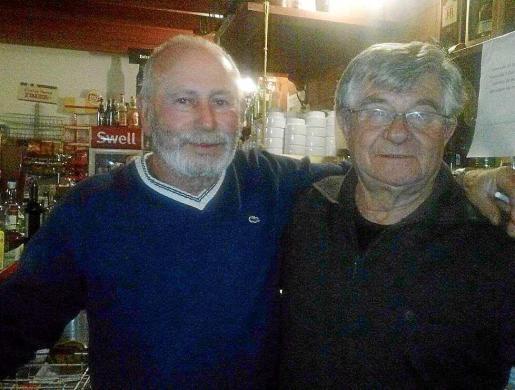 Pepe Tomás y Pepe Graó, encargados de regentar este bar durante 15 años hasta que el segundo se jubiló. Foto: M.T.