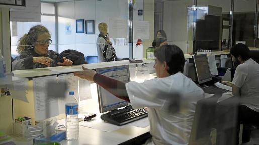 Una paciente es atendida en la recepción de uno de los centros de salud de Mallorca.