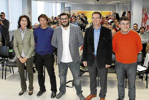 Carmen Planas, Biel Torrents, Vicenç Vidal, Joan Company  y Joan Simonet antes de empezar el debate.