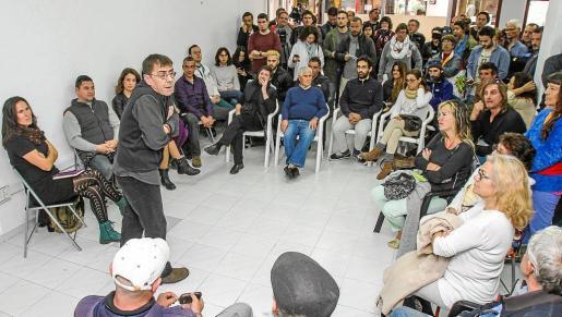 Al encuentro celebrado en la sede de Podemos asistieron las principales figuras de la formación a nivel local como Viviana de Sans o Aitor Morrás, y más de un centenar de personas.