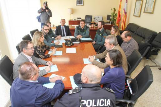 Reunión del director insular de la Administración General del Estado en Eivissa y Formentera, Roger Sales, con representantes de los ayuntamientos y el Consell de Eivissa.