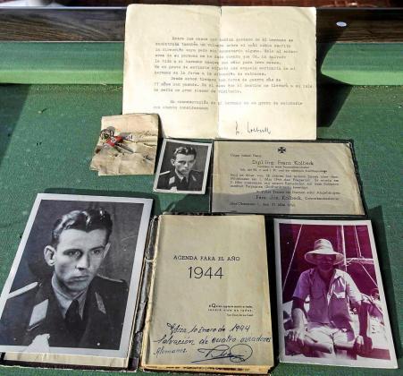 Esta es la documentación que guardaron los que participaron en el rescate de los pilotos del avión alemán, que fue derribado en 1944 en la costa de Portinatx, en la Punta des Moscarter. Foto: DANI ESPINOSA