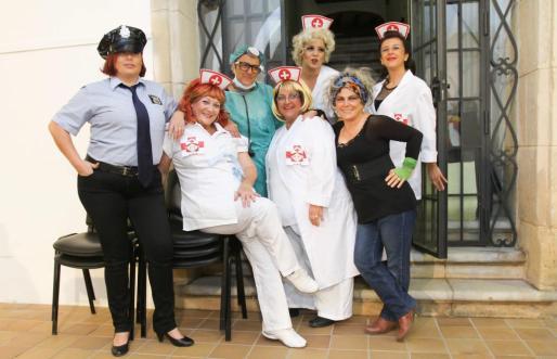Voluntarios disfrazados durante la fiesta celebrada ayer. Foto: T. ESCOBAR