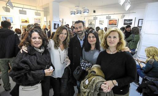 La galería situada en la ciudad de Eivissa celebró ayer su primer aniversario rodeado de amigos. Foto: ARGUIÑE ESCANDÓN
