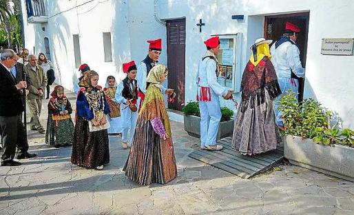 En la imagen se observa a la colla de l'Horta entrando en el salón parroquial, la misa oficiada por Mauricio Coronado y su bendición al Belén de Navidad de la parroquia.
