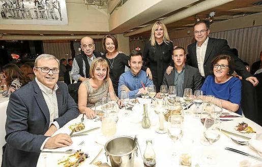 Los alcaldes de Vila y Sant Josep así como el presidente del Consell d'Eivissa acudieron a la cena benéfica en favor de APAAC. Foto: A. ESCANDÓN