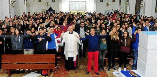 El obispo Vicente Juan Segura junto a los jóvenes que asistieron al acto el pasado lunes.
