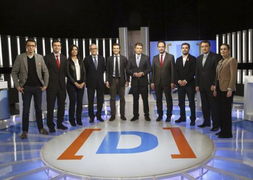 Iñigo Errejón (Podemos), Andres Herzog (UPyD), Montse Surroca (Unió) , Miguel Puig (Democràcia i Llibertat), Pablo Casado (PP) , el periodista y moderador, Julio Somoano, Antonio Hernando(PSOE), Alberto Garzón (Unidad Popular-Izquierda Unida) , Aitor Esteban(PNV) y Marta Rivera (Ciudadanos), i-d., poco antes del debate electoral.