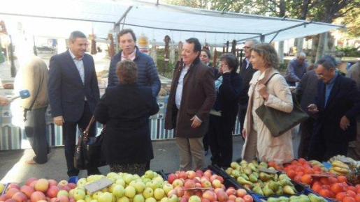 El candidato del PP al Congreso, Mateu Isern, ha visitado este jueves el mercado de Inca en compañía de Rafel Torres y Pere Rotger.