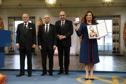 Los miembros del Cuarteto de Diálogo de Túnez (de izq a der) el secretario general de la Unión General de Trabajadores Tunecinos (UGTT), Houcine Abassi; el presidente de Asociación Nacional de Abogados, Mohamed Fadhel Mahfoudh; el presidente de la Liga Tunecina de los Derechos Humanos (LTDH),Abdessattar Ben Moussa, y la presidenta de la patronal UTICA, Wided Bouchamaoui, reciben el Premio Nobel de la Paz durante una ceremonia en Oslo (Noruega), este jueves 10 de diciembre de 2015.
