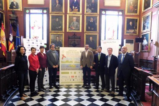 El alcalde de Palma, José Hila, junto a Susanna Moll y los representantes de la Asociación ALAS.