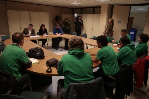Miembros del Govern y representantes de la Assemblea de Docents durante la reunión que han celebrado este jueves en la Conselleria de Educació.