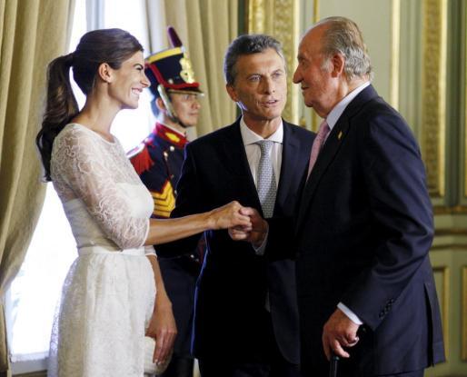 El rey Juan Carlos saluda al presidente de Argentina, Mauricio Macri, y a su esposa.