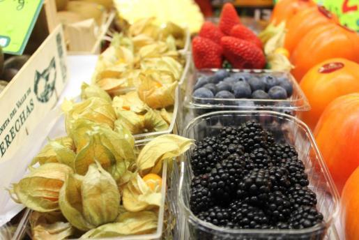 Bandejas de moras, arándanos, fresas y fisalis en el Mercat Nou de Vila. Foto: D.M.