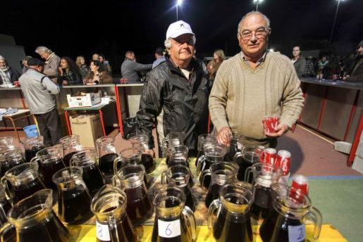 En la fiesta participaron 21 casas del vino, que los asistentes acompañaron con bocados de sobrasada torrada para pasar el frío. Foto: DANIEL ESPINOSA