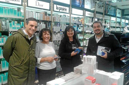 Marí Bosó y Santi Marí, ayer, en una tienda del centro de Vila.
