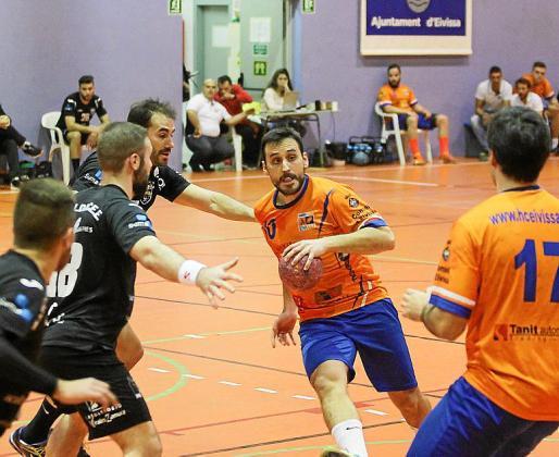Miguel López busca a quién pasar el balón.