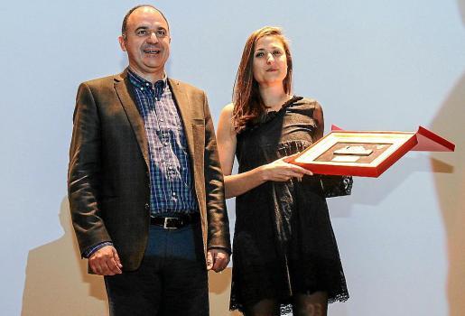 Pilar Escandell, a la derecha con su galardón, junto al alcalde de Santa Eulària, Vicent Marí.