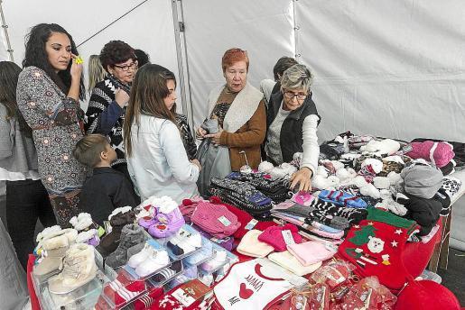 El mercadillo situado en el Passeig de ses Fonts causó mucha expectación en Sant Antoni.