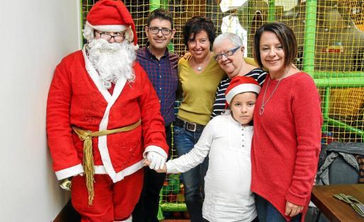 Sofía Hernanz junto a su marido Santi Ferrer y su hija de nueve años en el Hard Rock Café.