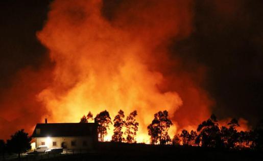 Vista general del incendio declarado en el monte Igueldo en San Sebastián, en la que ya han ardido 50 hectáreas de la ladera orientada al mar.