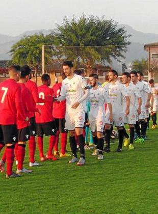 Ambos equipos se saludan antes de comenzar el partido. Foto: FÚTBOL BALEAR