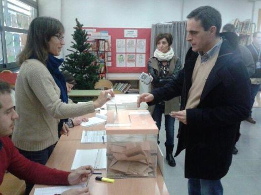 El candidato popular al Congreso y número 2 por Baleares, José Vicente Marí Bosó votando en el colegio sa Graduada.