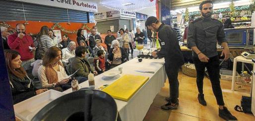El chef ibicenco, Aitor Pérez fue el encargado de llevar a cabo el show cooking y la degustación. Foto: D. E.