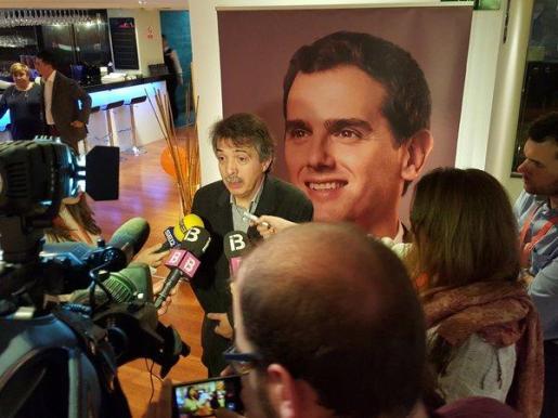 El líder de Ciudadanos Xavier Pericay se dirige a los medios durante la jornada electoral.