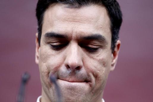 Pedro Sánchez, cabizbajo tras conocer los resultados de su partido.