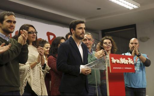 El líder Unidad Popular-Izquierda Unida, Alberto Garzón (c), durante su intervención para valorar los resultados electorales.