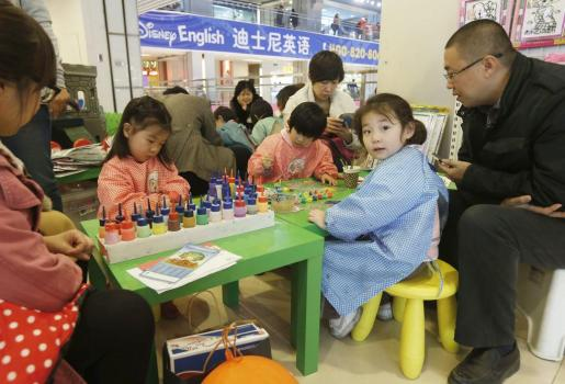 ROL02. Beijing (China), 15/11/2013.- Families spend time at a children's art workshop at a commercial plaza in Beijing, China, 16 November 2013. China plans to loosen its 'one child' family planning policy, a move that would allow more couples to have two children, the ruling Communist Party said on 15 November. The party will allow couples to have two children if one of the parents is an only child, a change that could benefit millions of Chinese couples, especially in urban areas. EFE/EPA/ROLEX DELA PENA