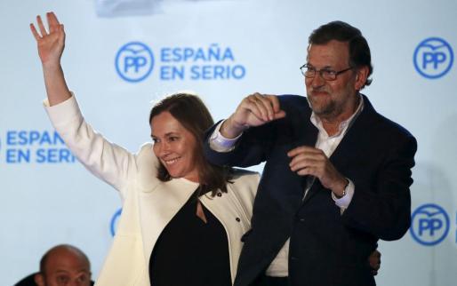 Mariano Rajoy y su esposa, Elvira Fernández, la noche del domingo en el balcón de la sede nacional del PP.