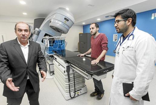 Fernando Barturen (a la izquierda), ayer, junto al oncólogo radioterapeuta y el radiofísico del servicio.