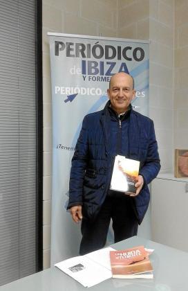 El escritor y el protagonista. Sobre estas líneas Manuel Vega Alocén con su nuevo libro y José Humberto Sánchez, en una de las pocas fotografías que se conservan de él.