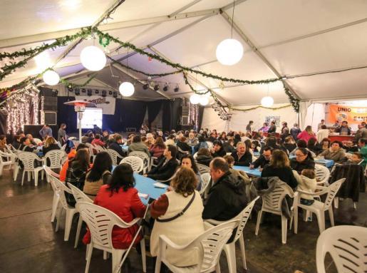 Año tras año, el bingo solidario de Sant Josep consigue congregar a un buen número de personas dispuestas a pasar un buen rato y, sobre todo, ayudar. Foto: TONI ESCOBAR