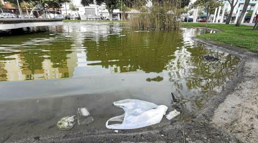 Restos de basura en el lago del Parque de la Paz.