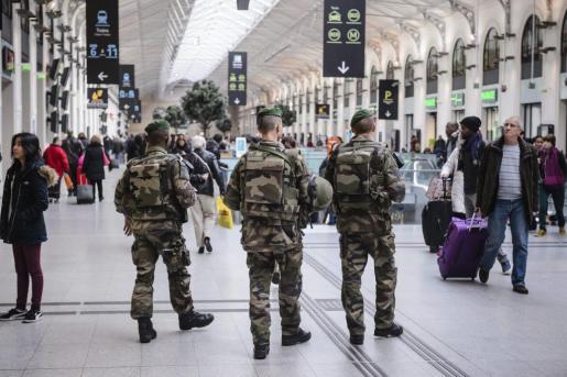 Soldados franceses patrullan la estación Saint Lazare de París, Francia, este miércoles 30 de diciembre de 2015. Francia desplegará unos 60.000 agentes de policía para garantizar la seguridad durante los festejos de Nochevieja, un mes y medio después de los atentados yihadistas que dejaron 130 muertos en la capital gala.