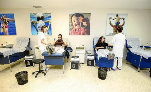 Una pareja de donantes en plena extracción de su sangre. Foto: ARGUIÑE ESCANDÓN
