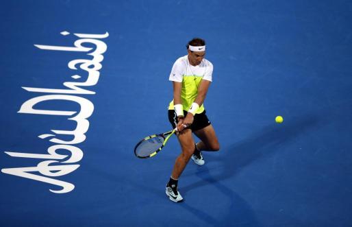 El tenista mallorquín Rafael Nadal devuelve la bola a su compatriota, David Ferrer, durante la semifinal del torneo de exhibición de Abu Dabi (Emiratos Árabes Unidos), que ambos disputaron este viernes.