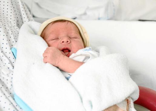 Martí es el segundo hijo de los 'agustiners' Bernat y Josefa, que hace tres años tuvieron a Aina, la primogénita. Foto: TONI ESCOBAR